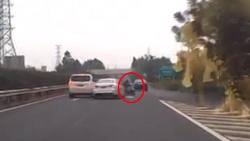 67岁老妇人骑电动车横穿高速被撞飞:差2分钟就到家了
