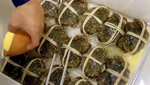 把螃蟹都这样打包好,准备发到顾客的手里,不知这样的包装满意吗?