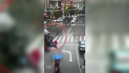 三轮车闯红灯撞倒行人逃逸 退伍军人驱车追30多公里擒获