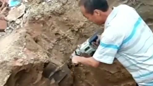 农村工地上见到的大叔,把铁锹的头装到了电锤上,网友直呼机智!