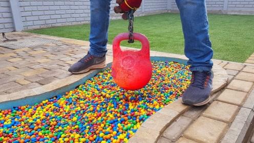 500袋M豆倒入游泳池,烧红的壶铃放进去,场面瞬间失控!