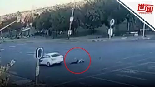 残忍!女司机等红灯遭一群歹徒围堵劫杀 尸体直接被丢十字路口