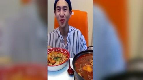 韩国大胃王试吃老干妈火锅,奔驰小哥期待已久的中国调味酱