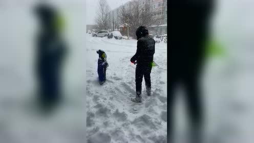 爸爸埋妈妈笑,确定真爱和意外,一起来感受这场冬日亲子游戏!