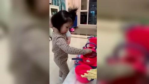 模仿在家带娃做饭的宝妈,还挺像那么一回事