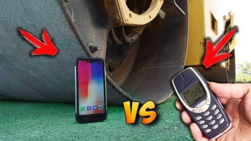拿诺基亚和苹果手机放在压路机下,启动之后看效果了
