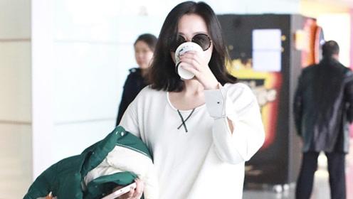 张靓颖穿破洞牛仔裤墨镜遮素颜 狂喝咖啡赶早班机步履匆匆