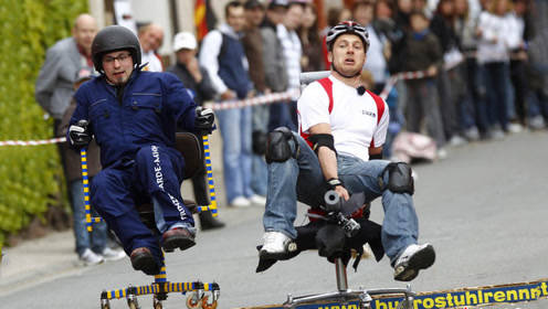 日本羽生市举行办公椅竞速大赛,场面一度十分沙雕