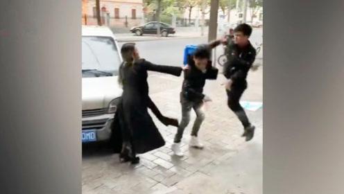 妻子与人起争执,丈夫冲出来一脚飞踹,不料反被对手摁倒在地