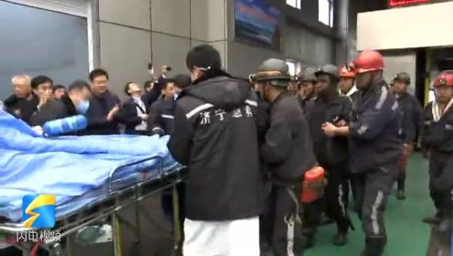 快讯:两名梁宝寺煤矿被困矿工走出升降机 成功升井