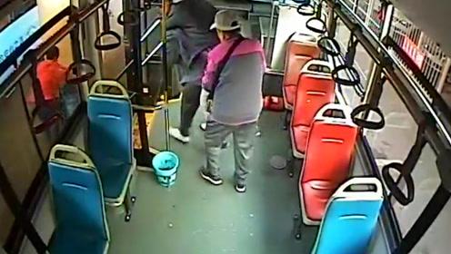 郑州女车长背着轮椅老人上下车,笑言:还好我壮实有力气