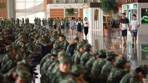 看看解放军官兵是怎么登火车的?网友:满满的安全感