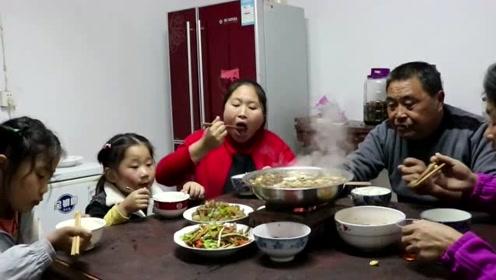 胖妹带女儿回娘家吃饭,刚进门老爸腰包就紧了,这一餐得吃多少?