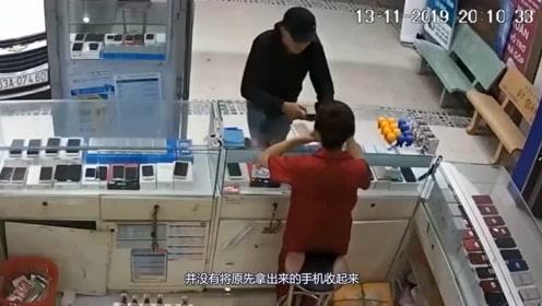 有人来买手机,女孩毫无防备之心,蹲下的瞬间让小偷得逞了