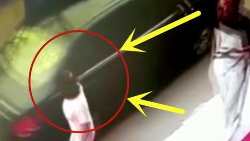 小车从少妇身边经过,要不是有监控,司机跳进黄河都难以解释了啊!