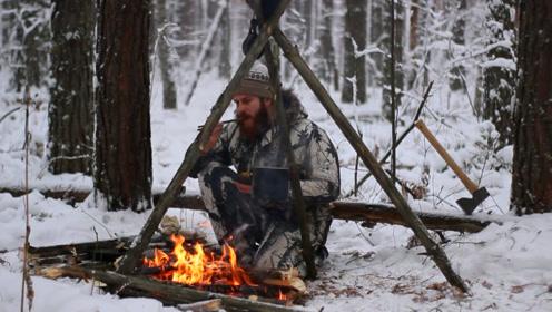 冰天雪地大叔独自徒步丛林,自带平底锅生堆篝火烧土豆吃!