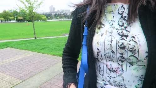 印花连衣裙搭配浅色高跟鞋!简洁却魅力十足!