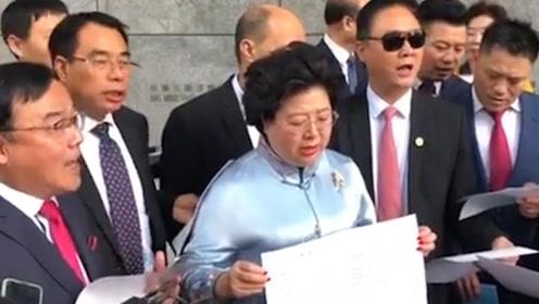 为警察加油!海外华人团体向港警赠送锦旗 现场演唱原创歌曲撑警