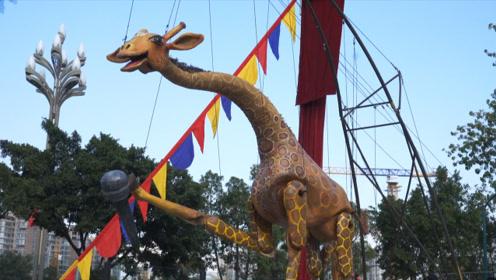 会唱歌、会跳踢踏舞:6米高的木偶长颈鹿现身大凉山戏剧节