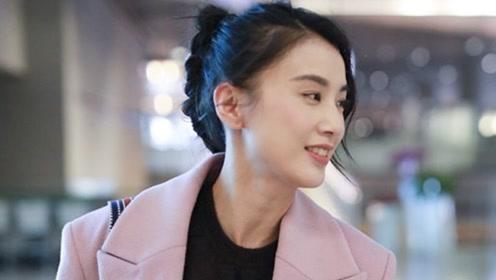 36岁黄圣依穿粉色大衣现身,扎可爱小辫子青春活力,毫无阔太架子