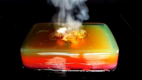 高温铁球放在巨型彩色果冻上,画面看着很减压