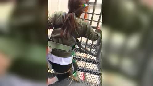呵呵这回刺激吧!这女吓到全身都软了!