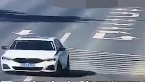 男子驾车在路口狂玩漂移,女友车内快要疯狂,漂移原因另交警诧异!