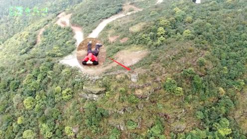 广西深山:无人机拍到奇怪小伙,身着红衣趴在悬崖上不知在干啥?