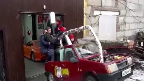 真是脑洞大开,俄罗斯大叔改造一辆蒸汽汽车,没想刚到上路效果还挺意外