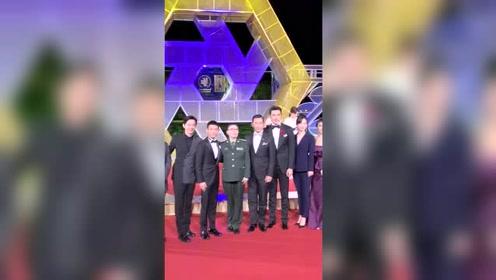 张一山与《古田军号》剧组亮相金鸡奖红毯,今天是优雅迷人的寸头山!