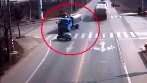 三轮车路口强闯黄灯,司机为他的愚蠢,付出了惨重的代价!