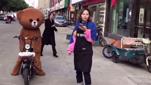 网红熊下班回家,没想到路上被人捉弄,真的太尴尬了