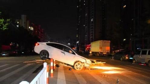 女子分心驾驶导致小车旋转360°碾碎护栏,凌空架在柱子上
