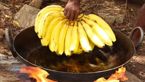 老外把一大把香蕉放进热油锅里,没想到出锅后是美食!