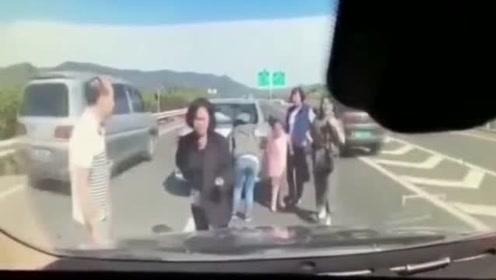 一家六口高速上下车查看车祸,下一秒死神降临!