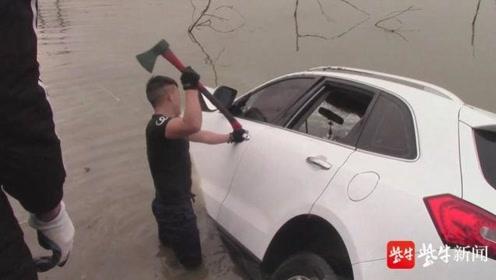 痛心!男子围观坠车打捞现场崩溃大哭: 溺亡车主竟是25岁新婚儿子