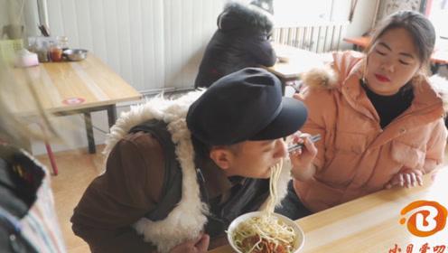 搞笑短剧:小伙饭店套路服务员,吃饭不花钱美女还倒贴10块钱