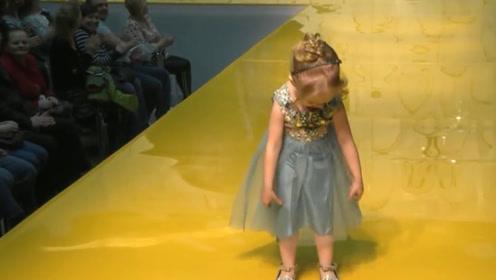 国外小女孩T台走秀,走出一种散步气质,掀裙子展示逗乐全场