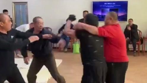 60岁大师现场与对手切磋被扇脸,随后爆发了,原来太极这么能打
