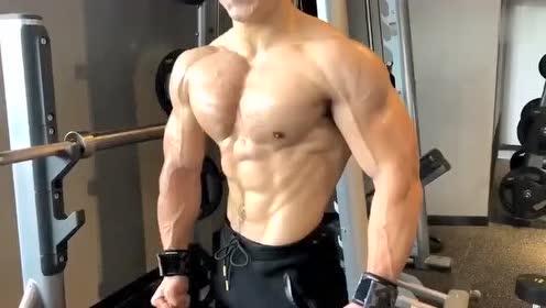 看这肌肉亮油油的,怎么还有点吓人呢,太健壮了吧!
