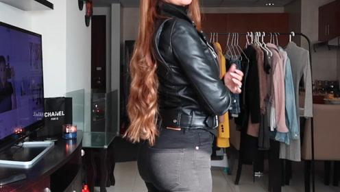 黑色打底衫+牛仔裤+短靴,搭配黑色皮夹克