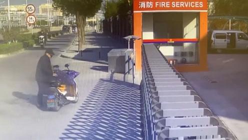 """机智!老大爷亲自送""""火""""上门 消防员仅用30秒灭火"""