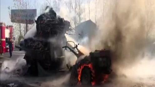 装满纸盒的拖拉机起火浓烟滚滚 经过约20分钟火势被扑灭
