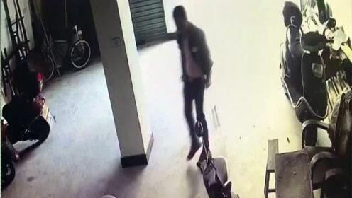 会不会太拼了!偷东西从四楼摔下 丽水这个小偷拄着拐杖还来偷