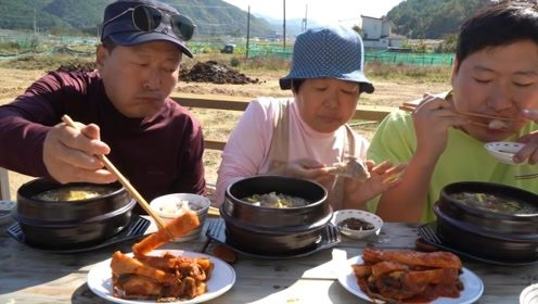 韩式牛肉短肋排骨汤?韩国小哥亲手烧菜,加上泡菜一定是绝配