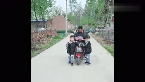 爷爷一下班路过家门口,四胞胎就变这样了,这哪是养了四个孙子啊