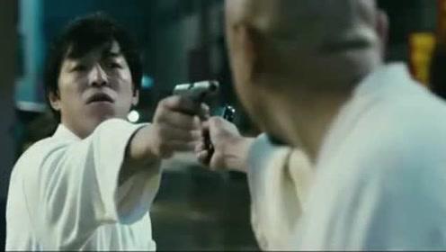 兄弟情深,怎么成这样了,拿枪指着对方的头