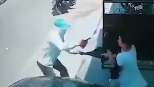 女子刚到家门口,路遇劫匪持枪抢劫,下一秒劫匪落荒而逃!