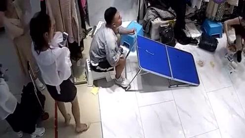 这一幕突然发生,老板娘的表现太可爱了!