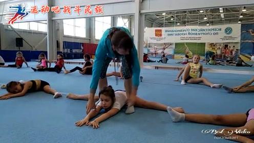 趴成一排等压腿,俄罗斯的体操宝宝们乖巧得让人心疼